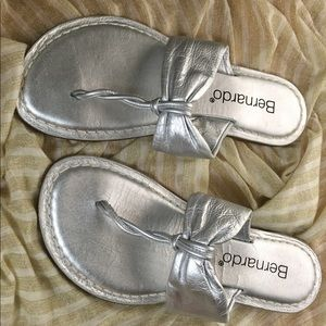 Women's Bernardo Leather Silver Thong Sandals 8M